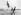 Acrobates faisant le saut périlleux sur une plage. © Albert Harlingue/Roger-Viollet