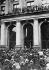 Révolution allemande. Karl Liebknecht (1871-1919), homme politique et révolutionnaire allemand, s'adressant à la foule du balcon du parlement prussien. Berlin, 16 décembre 1918. © Ullstein Bild / Roger-Viollet