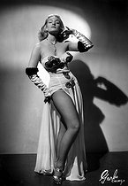 """Pin-Up : """"Irma the Body - sophisticated Dynamite"""". 1955. © Ullstein Bild / Roger-Viollet"""