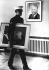 Suite à la démission de Richard Nixon, président des Etats-Unis, un militaire américain remplace son portrait officiel par celui de Gerald Ford, qui lui a succédé. Bonn (Allemagne), ambassade américaine, 8 août 1974. © Sven Simon/Ullstein Bild/Roger-Viollet