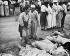 Guerre de Corée (1950-1953). Femmes identifiant des cadavres de prisonniers politiques sud-coréens exécutés par les forces de Corée du Nord, 27 novembre 1950. © TopFoto / Roger-Viollet