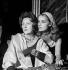 """""""La Bonne soupe"""" de Félicien Marceau. Marie Bell et Jeanne Moreau. Paris, théâtre du  Gymnase, septembre 1958. © Studio Lipnitzki/Roger-Viollet"""
