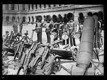 World War One. Scots Guards in Paris, late May 1917. English Grenadiers observing the trench cannons taken to the enemy, in the courtyard of the Invalides. © Excelsior – L'Equipe/Roger-Viollet