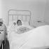 Henri Salvador (1917-2008), chanteur français, à l'hôpital. © Toscani/Alinari/Roger-Viollet