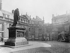 Statue de Johannes Gutenberg (vers 1400-1468), imprimeur allemand, à l'hôtel de Rohan. Paris (IIIème arrondissement). Photographie d'Eugène Atget (1857-1927). Paris, musée Carnavalet. © Eugène Atget / Musée Carnavalet / Roger-Viollet