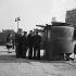 Paris. File d'attente devant une vespasienne.  © Pierre Jahan/Roger-Viollet
