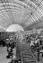 Départ en vacances dans la gare de Milan (Italie), 1947. © Toscani/Alinari/Roger-Viollet