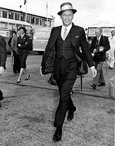 "Frank Sinatra (1915-1998), acteur et chanteur américain, arrivant en Angleterre pour le tournage d'""Astronautes malgré eux"" (The Road to Hong Kong), film de Norman Panama. Aéroport de Londres (Angleterre), 4 août 1961. © TopFoto / Roger-Viollet"