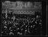 """Guerre 1914-1918. Manifestation à la Sorbonne en l'honneur des Etats-Unis. """"Un spectacle inaccoutumé à la Sorbonne"""" : """"la docte tribune de la Sorbonne a vu, au lieu des savants accoutumés, des fusiliers marins présentant les armes, tandis que le drapeau des Etats-Unis élevait, au-dessus d'une foule enthousiaste, ses bandes rouges et blanches et son coin de ciel étoilé"""". Paris, 20 avril 1917. Photographie parue dans le journal """"Excelsior"""" du samedi 21 avril 1917. © Excelsior – L'Equipe/Roger-Viollet"""