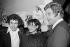 Francis Perrin (né en 1947), comédien français, et Joe Dassin (1938-1980), chanteur francophone d'origine américaine, dans la loge de Barbara (1930-1997), chanteuse française, à l'Olympia. Paris, février 1977.  © Patrick Ullmann / Roger-Viollet