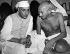 Jawaharlal Nehru (1889-1964), homme d'Etat indien, lors de son élection à la tête du All India Congress, s'entretenant avec Gandhi (1869-1948), homme politique et philosophe indien. Bombay (Inde), 15 juillet 1946. © Underwood Archives/The Image Works/Roger-Viollet