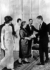 John Fitzgerald Kennedy (1917-1963), homme d'Etat américain, accueillant Mme Nina Khrouchtchev lors d'une réception au palais de Schönbrunn. Vienne (Autriche), 3 juin 1961.   © TopFoto / Roger-Viollet