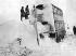 Bus enneigé. Moorside (Angleterre), 6 février 1947. © TopFoto/Roger-Viollet