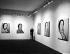 Andy Warhol (1928-1987), artiste américain, dessinateur, vedette du pop art et cinéaste, lors du vernissage de son exposition. © Jack Nisberg / Roger-Viollet