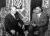 Le président de la République Arabe unie Gamal Abdel Nasser, à droite avec le général Issimo Francisco France, chef d'Etat espagnol, dans la salle d'attente de l'aéroport. Madrid, 23 septembre 1960. © TopFoto / Roger-Viollet