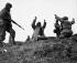 Guerre de Corée (1950-1953). Des soldats américains de la première division des Marines capturent un communiste chinois sur le front central. Hoengsong. 2 mars 1950. © US National Archives / Roger-Viollet