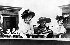 Christabel Pankhurst (1880-1958), Flora Drummond (1878-1949) et Emmeline Pankhurst (1858-1928), suffragettes britanniques, au tribunal de Bow Street. Londres (Angleterre), octobre 1908. Photographie d'Arthur Barrett. © Arthur Barrett / TopFoto / Roger-Viollet