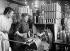 Guerre 1914-1918. Femmes tournant des obus dans une usine de munitions. © Maurice-Louis Branger/Roger-Viollet