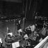 Michel Legrand (1932-2019), chanteur et auteur-compositeur français, avec son orchestre Discoparade. France, décembre 1960. © Claude Poirier / Roger-Viollet