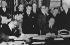 CECA, signature du contrat de la Communauté européenne du Charbon et de l'Acier (plan de Schuman). De gauche à droite : assis : Prof. Walter Hallstein (Secrétaire d'Etat du ministère des Affaires étrangères), Jean Monnet (France) et Robert Schuman (debout). 19 mars 1951. © Ullstein Bild / Roger-Viollet