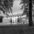 Le château de Malmaison (1622, remanié en 1799), habité par Bonaparte et Joséphine, transformé en musée des souvenirs napoléoniens. Rueil-Malmaison (Hauts-de-Seine), août 1953. © Roger-Viollet