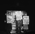 """""""La réalité dépasse la fiction"""". Jean Rochefort et Henri Virlojeux. Paris, théâtre des 3 Baudets, septembre 1957. © Studio Lipnitzki/Roger-Viollet"""