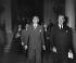 Dean Acheson, secrétaire d'Etat des Etats-Unis et Anthony Eden, secrétaire du Foreign Office, sortant du Quai d'Orsay après une rencontre avec Robert Schuman. Paris, 28 mai 1952.       © Roger-Viollet