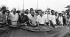 Marche de James Meredith à travers le Mississippi. Marcheurs s''apprêtant à monter une tente pour la nuit dans une cour de récréation. Sont visibles sur la photo, Stokely Carmichael, Floyd McKissick (fumant une cigarette), Martin Luther King (chemise noire). Le groupe sera attaqué au gaz lacrymogène et frappé par la Garde nationale du Mississippi. Canton (Mississippi, Etats-Unis), 1er juin 1966. © 1976 Matt Herron / Take Stock