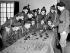 """Guerre 1939-1945. Jeunes recrues des """"Royal Ulster Rifles"""", régiment d'infanterie de l'arme britannique, suivant un cours de stratégie militaire à l'aide de chars miniatures et de soldats de plomb. Grande-Bretagne, 1941. © PA Archive/Roger-Viollet"""