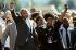 Nelson Mandela (1918-2013), homme politique sud-africain, accompagné de sa femme Winnie Mandela (1936-2018) et des partisans anti-apartheid marchant devant la prison de Victor Verster près de la ville du Cap (Afrique du Sud), 11 février 1990. Photo : Allan Tannenbaum. © The Image Works / Roger-Viollet