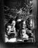 Chorale de Noël devant une fenêtre, novembre 1948. © TopFoto/Roger-Viollet