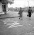 Inscription au sol pour le référendum sur la Constitution de la Vème République. France, 30 septembre 1958. © Roger-Viollet