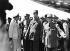 Guerre d'Algérie (1954-1962). Le général De Gaulle (1890-1970), homme d'Etat français, lors d'une visite à Alger (Algérie), 4 juin 1958. De gauche à droite : l'amiral Auboyneau, le général Allard, le général De Gaulle, le général Salan et l'amiral Namy. © Roger-Viollet