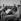 A droite : Graham Hill (1939-1975), pilote de course automobile britannique. Circuit de Montlhéry (Essonne), 1964. © Noa / Roger-Viollet