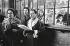 Chanteuses le jour de Noël. Londres (Angleterre), 1958. © Jean Mounicq/Roger-Viollet