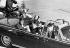 John Fitzgerald Kennedy en voiture avec sa femme juste avant son assassinat. Dallas (Etats-Unis), 22 novembre 1963. © TopFoto / Roger-Viollet