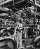 Travailleur africain immigré dans une usine automobile Renault. Flins-sur-Seine (Yvelines), 1963. Photographie de Janine Niepce (1921-2007). © Janine Niepce / Roger-Viollet