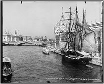 1900 World Fair in Paris. Fishing boat in front of the palace of Army and Navy. Background: the dome of the Mexican pavilion. Paris (VIIth arrondissement), 1900. © Léon et Lévy/Roger-Viollet