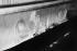 Jeunes filles derrière un métier à tisser. Ispahan (Iran), 1972. Photographie de Jean Marquis (né en 1926). © Jean Marquis/Roger-Viollet