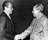 Richard Nixon (1913-1994), homme d'Etat américain, serrant la main de Mao Zedong (1893-1976), fondateur communiste de la République populaire de Chine, lors d'un voyage en Chine, février 1972. © TopFoto/Roger-Viollet