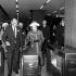 """La reine Elisabeth II (née en 1926), inaugurant officiellement la """"Piccadilly line"""" connectant l'aéroport d'Heathrow au système de métro souterrain de la ville. Londres (Angleterre), 16 décembre 1977. © PA Archive/Roger-Viollet"""