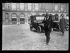 Guerre 1914-1918. Arrivée à Paris du nouvel ambassadeur d'Angleterre en France, Lord Derby. Lord Derby place Vendôme, le 23 avril 1918. © Excelsior – L'Equipe/Roger-Viollet