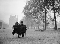 Couple in the Tuileries Garden. Paris, 1945. © LAPI / Roger-Viollet