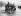 Petites filles marchant derrière un véhicule de nettoyage pendant une vague de chaleur. Londres (Angleterre), 1932. © Imagno/Roger-Viollet