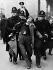 Policiers arrêtant un homme pendant une manifestant de chômeurs. Londres (Angleterre), 14 octobre 1936. © PA Archive/Roger-Viollet