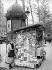 Kiosque à journaux. Paris, vers 1925-1930. © Maurice-Louis Branger/Roger-Viollet