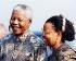 Nelson Mandela (1918-2013), ancien président de la République sud-africaine, et madame Graça Machel (née en 1945), veuve du président du Mozambique Samora Machel. Londres (Angleterre), aéroport d'Heathrow, 6 mai 2003. © TopFoto / Roger-Viollet