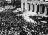Guerre d'Espagne (1936-1939). Cris de joie devant le QG des nationalistes. Burgos (Espagne), août 1936. © Ullstein Bild/Roger-Viollet