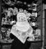 Anglaise portant un foulard souvenir du couronnement d'Elisabeth II. Avril 1953. © Roger-Viollet