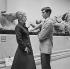 """Anthony Perkins (1933-1992), acteur américain, et Melina Mercouri (1920-1994), actrice et femme politique grecque, lors du tournage de """"Phaedra"""", film de Jules Dassin. Londres (Angleterre), British Museum, 9 juilet 1961. © TopFoto / Roger-Viollet"""